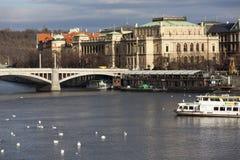 布拉格,捷克- 2015年12月23日:Manesuv桥梁和Rudolfinum照片由河伏尔塔瓦河 免版税图库摄影