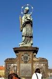 布拉格,捷克- 2012年11月13日:N的约翰雕象  库存图片