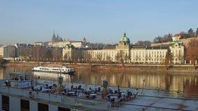 布拉格,捷克- 2016年12月3日 伏尔塔瓦河河船和遥远的城堡在一个晴天 普遍旅游 图库摄影