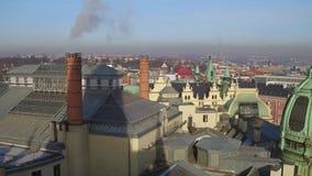 布拉格,捷克- 2016年12月3日 倾斜的瓦屋顶、圆顶和老镇哥特式尖顶在一个晴天 4K 影视素材