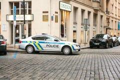 布拉格,捷克- 2016年12月25日-在街道上的警察 巡逻车在圣诞节在布拉格 免版税库存照片