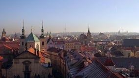 布拉格,捷克- 2016年12月3日 美丽的圆顶、倾斜的屋顶和老镇哥特式尖顶  4K平底锅射击 股票视频
