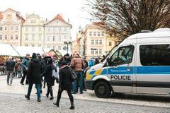 布拉格,捷克- 2016年12月24日-警察检查本文 加强安全措施在期间 免版税库存图片