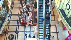 布拉格,捷克- 2016年12月3日 顶视图射击了商城楼梯和礼品店 背景圣诞节关闭红色时间 免版税库存照片