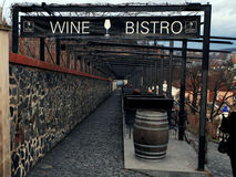 布拉格,捷克2012年12月26日- Petrin小山在布拉格-布拉格城堡美丽的景色  酒小餐馆 免版税图库摄影