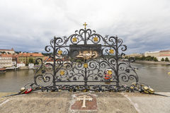 布拉格,捷克- 9月18 :在查理大桥的锁 库存照片