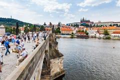 布拉格,捷克- 7月18 :看法向查理大桥 库存照片