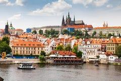 布拉格,捷克- 7月18 :看法向查理大桥 库存图片
