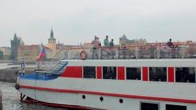 布拉格,捷克-, 2018年:有游人的游船浮动在伏尔塔瓦河河 股票视频