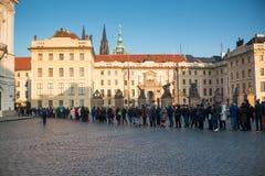 布拉格,捷克- 2 01 2017年:对布拉格城堡的人线在正方形在布拉格 免版税库存照片