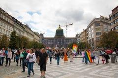 布拉格,捷克- 12 08 2017年:布拉格自豪感2017年 LGBT同性恋游行的人们在威严在布拉格 图库摄影