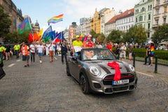 布拉格,捷克- 12 08 2017年:布拉格自豪感2017年 LGBT同性恋游行的人们在威严在布拉格 免版税库存图片