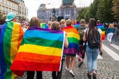 布拉格,捷克- 12 08 2017年:布拉格自豪感2017年 LGBT同性恋游行的人们在威严在布拉格 免版税图库摄影