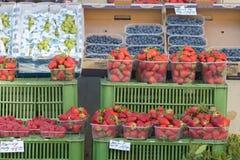 布拉格,捷克16-04-2019:莓果在市场上- strawberryes,blackberryes,葡萄 图库摄影