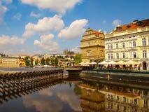 布拉格,捷克- Bedrich Smetana博物馆的游人伏尔塔瓦河河河岸的有圣Vitus大教堂的b的 库存照片