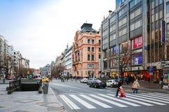 布拉格,捷克- DEC 23日2014年:游人徒步街道 免版税图库摄影