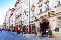 布拉格,捷克- DEC 23日2014年:游人徒步街道 免版税库存图片