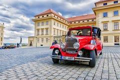 布拉格,捷克MAY-17 :红色老汽车等待的游人 免版税库存照片