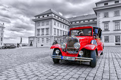 布拉格,捷克MAY-17 :红色老汽车等待的游人 免版税图库摄影