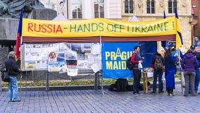 布拉格,捷克REPUBLIC-MAY 16 :在PR的乌克兰活动家抗议 免版税库存图片