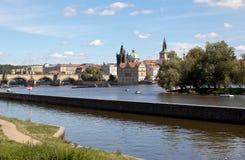 布拉格,捷克REPUBLIC-SEPTEMBER 05日2015年:在伏尔塔瓦河的银行照片  库存图片