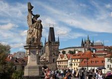 布拉格,捷克REPUBLIC-SEPTEMBER 05日2015年:在查理大桥照片  免版税库存图片