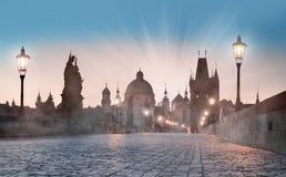 布拉格,查理大桥在黎明 免版税库存照片
