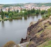 布拉格,河伏尔塔瓦河和从Vyšehrad的Libušina lázeň看法  库存图片