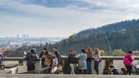 布拉格,波希米亚/捷克- 2017年11月:做照片的游人他们自己和城市视图由开放大阳台 图库摄影