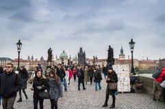 布拉格,波希米亚/捷克- 2017年11月:最走在著名查理大桥Karluv的游人在多雨秋天天 图库摄影
