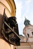 布拉格,雕塑弗朗茨・卡夫卡,凝视梅斯托,捷克 库存照片