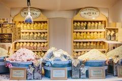 布拉格, 2016年12月15日:一家普遍的商店告诉了卖的自然治疗盐和其他有用的产品Nature 免版税库存图片