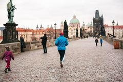 布拉格, 2016年12月24日:人运动员安排一个早晨跑在查理大桥的冬天在捷克的布拉格 免版税库存图片