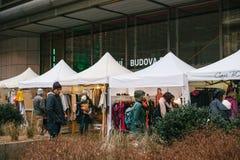 布拉格, 2017年12月18日:人顾客在每年普遍的圣诞节设计师的街市附近走称 免版税库存图片