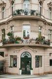布拉格, 2017年9月24日:传统建筑的角落与捷克建筑学的与阳台和 免版税图库摄影