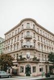 布拉格, 2017年9月24日:传统建筑的角落与捷克建筑学的与阳台和 免版税库存图片