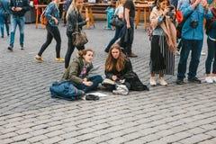 布拉格, 2017年10月28日:创造性的女孩-艺术家在布拉格城堡旁边绘在街道上的画 免版税库存照片