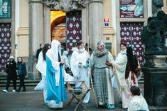 布拉格, 2016年12月25日:圣诞节在布拉格 演员播放站立在布拉格旁边的耶稣基督圣诞节场面 库存图片