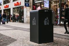 布拉格, 2017年9月25日:在城市的街道上的一个现代聪明的垃圾箱 废物的汇集在欧洲为 免版税库存图片