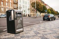 布拉格, 2017年9月23日:在城市的街道上的一个现代聪明的垃圾箱 废物的汇集在欧洲为 免版税库存照片