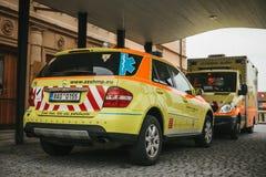 布拉格, 2017年9月24日:在城市街道上的一辆救护车 紧急帮助 救护车服务112 免版税库存图片