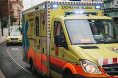 布拉格, 2017年9月24日:在城市街道上的一辆救护车 紧急帮助 救护车服务112 免版税库存照片