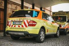 布拉格, 2017年9月24日:在城市街道上的一辆救护车 紧急帮助 救护车服务112 免版税图库摄影
