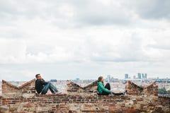 布拉格, 2017年9月18日:在观察台的PPeople敬佩城市的美丽的景色并且放松 布拉格是 库存照片