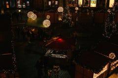 布拉格, 2016年12月13日:夜大广场的圣诞节装饰 夜圣诞节市场在城市广场 库存照片