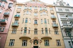 布拉格, 2016年12月20日:布拉格建筑学  不同的颜色豪华老房子在其中每一旁边严密地站立 库存图片