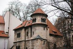 布拉格, 2016年12月13日:布拉格建筑学  与红色瓦片的老大厦在犹太街道- Josefov处所上 免版税库存图片