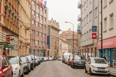 布拉格, 2016年12月13日:布拉格美丽的街道有老建筑学,铺路石的,广告标志和 免版税库存图片