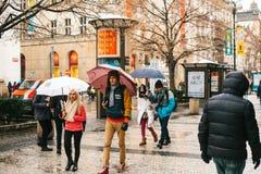 布拉格, 2016年12月24日:布拉格街道-游人走到著名地方、参观的商店、咖啡馆和其他公众 免版税图库摄影
