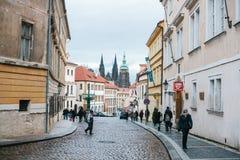 布拉格, 2016年12月25日:布拉格街道  游人通过走通过商店,咖啡馆的布拉格历史地方 图库摄影